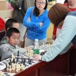国家大师潘倩在与俱乐部小朋友李天一对弈对弈!